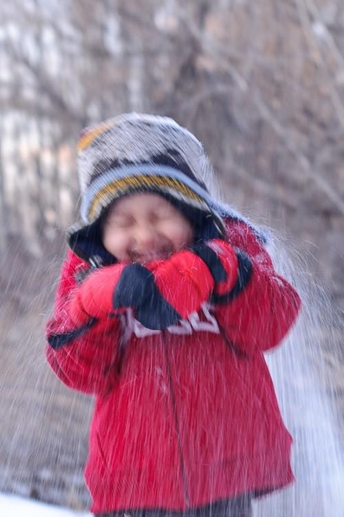 Bức ảnh chụp một em nhỏ bị mờ do Tốc độ màn trập tương đối chậm
