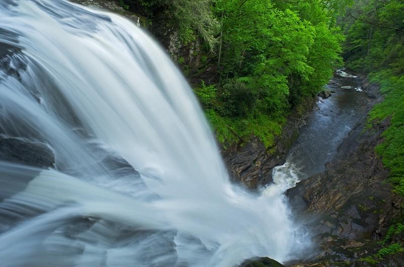 Bức ảnh thác nước được chụp bằng Tốc độ màn trập chậm