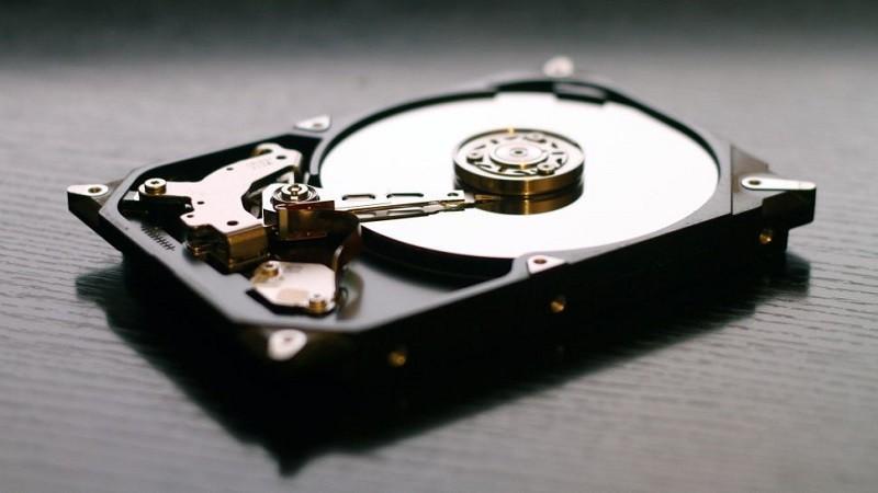 Ổ cứng truyền thống (HDD) sử dụng đĩa quay